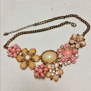 Jewelry - Pink and white flower necklace